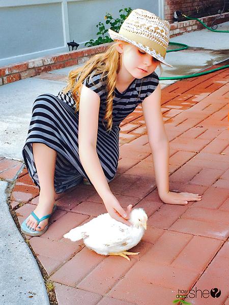 Ashley ordenando el patio trasero (4)