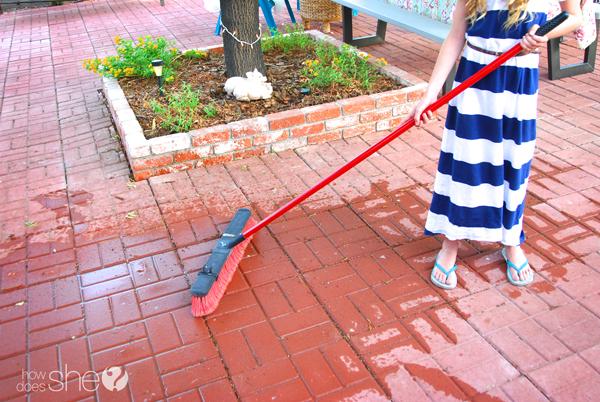 Ashley ordenando el patio trasero (8)