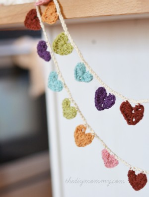 Crochet-Mini-Hearts-Bunting-by-The-DIY-Mommy