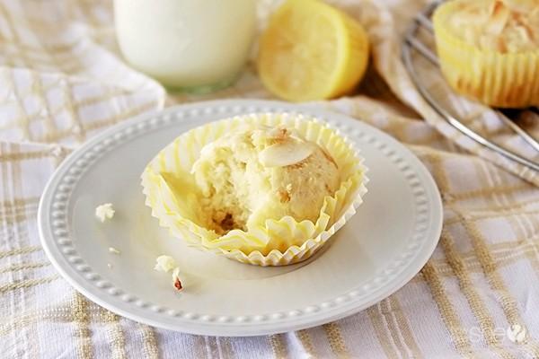 Amazing lemon coconut muffins - www.howdoesshe.com