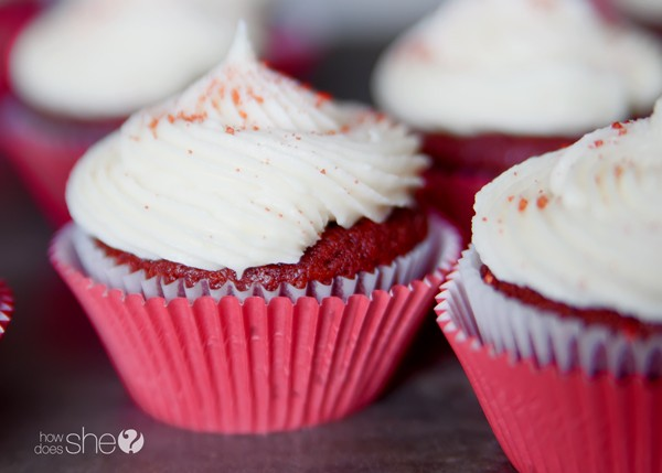 Red velvet cupcakes with cream cheese icing (5)