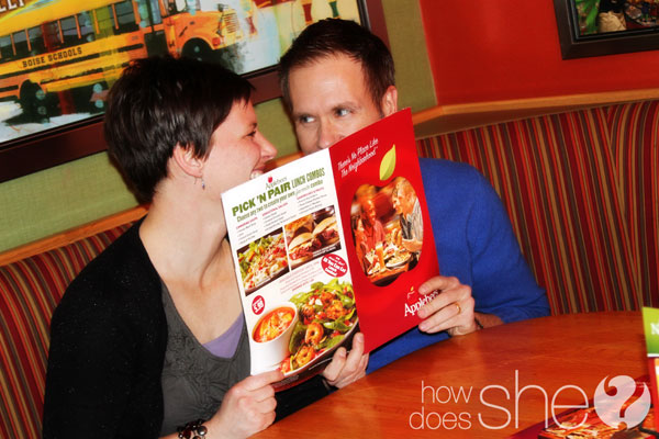 couple on a date at Applebee's